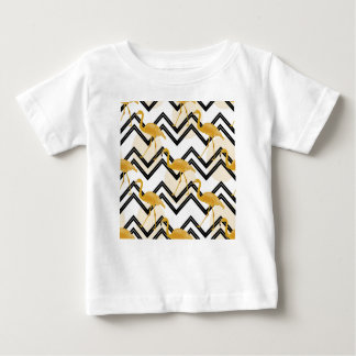 Camiseta Para Bebê Hand drawn gold flamingo with chevron background