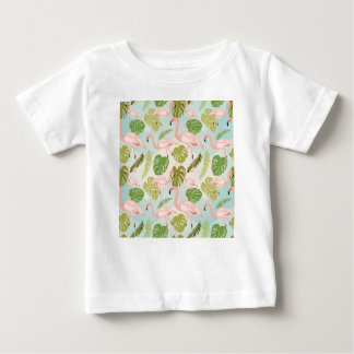 Camiseta Para Bebê Hand drawn pink flamingo and monstera leaves. Seam