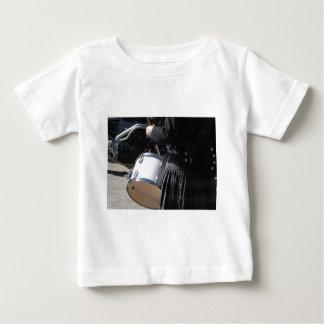Camiseta Para Bebê Homem com o kilt que joga em cilindros