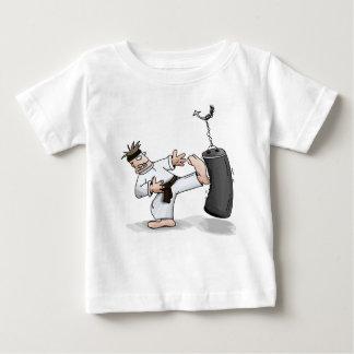 Camiseta Para Bebê Homem do karaté do cinturão negro que retrocede um