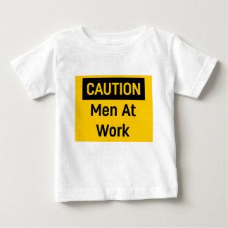 Camiseta Para Bebê Homens do CUIDADO no trabalho