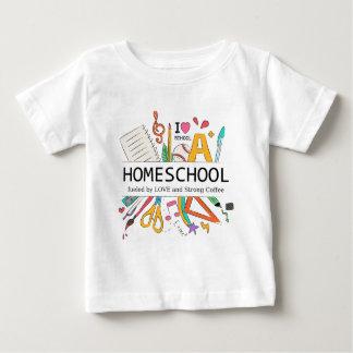 Camiseta Para Bebê Homeschool abasteceu-se pelo amor e pelo café