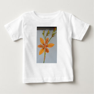 Camiseta Para Bebê Íris manchada laranja chamada um lírio de