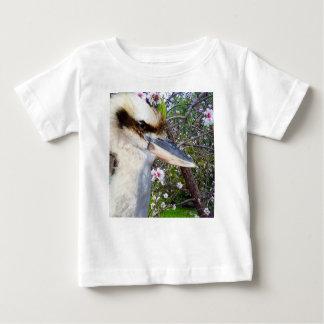 Camiseta Para Bebê Kookaburra ao lado de uma árvore da flor,