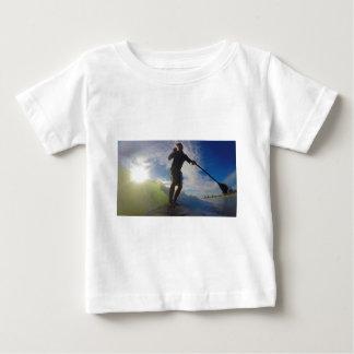 Camiseta Para Bebê Levante-se o conselho de pá que surfa uma onda