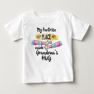 Camiseta Para Bebê Lugar favorito dentro do abraço da avó