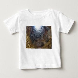 Camiseta Para Bebê Luz na extremidade do túnel. Conceito da esperança