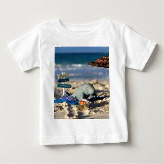 Camiseta Para Bebê Manfred o peixe-boi na praia
