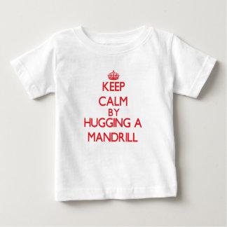Camiseta Para Bebê Mantenha a calma abraçando um Mandrill