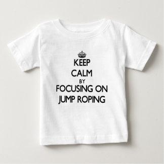Camiseta Para Bebê Mantenha a calma centrando-se sobre Roping do