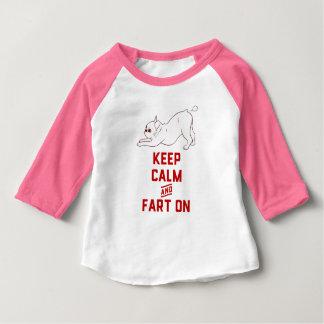 Camiseta Para Bebê Mantenha a calma e Fart sobre com o buldogue
