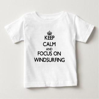 Camiseta Para Bebê Mantenha a calma e o foco em Windsurfing