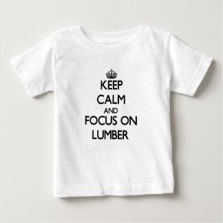 Camiseta Para Bebê Mantenha a calma e o foco na madeira serrada