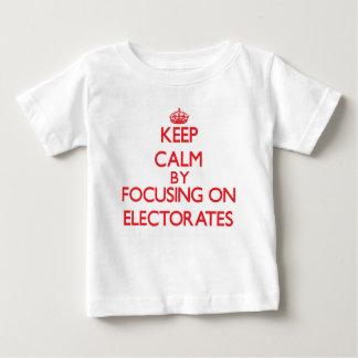 Camiseta Para Bebê Mantenha a calma focalizando em ELEITORADOS