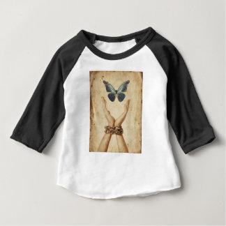 Camiseta Para Bebê Mão acorrentada com a borboleta que paira acima