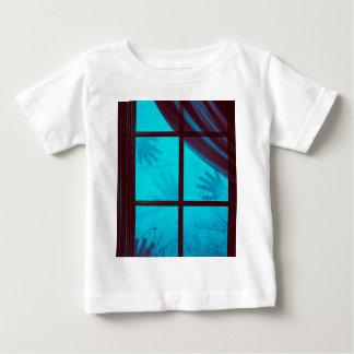 Camiseta Para Bebê Mãos do fantasma na janela