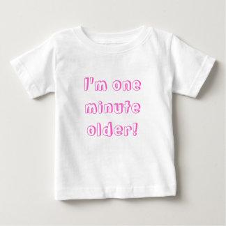 Camiseta Para Bebê Menina gêmea eu sou um mais velho minuto!