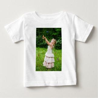 Camiseta Para Bebê Menina que trava um Butterly