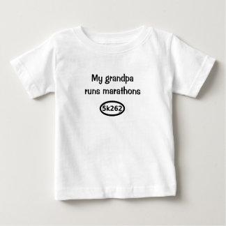 Camiseta Para Bebê Meu vovô funciona maratonas