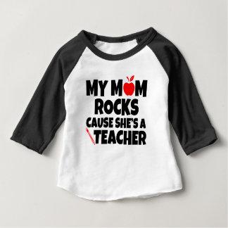 Camiseta Para Bebê Minha causa das rochas da mamã é um bebê engraçado