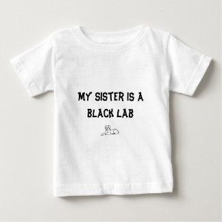 Camiseta Para Bebê Minha irmã é um laboratório preto