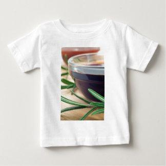 Camiseta Para Bebê Molho de soja em um vidro e um sprig do rosemary