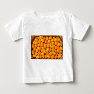 Camiseta Para Bebê Montão de kumquats alaranjados na caixa de cartão