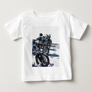 Camiseta Para Bebê Motocicletas estacionadas na fileira no asfalto