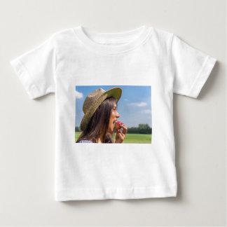 Camiseta Para Bebê Mulher com chapéu que come a maçã vermelha fora