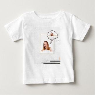 Camiseta Para Bebê Mulher loura que pensa no conselho branco