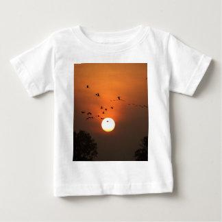 Camiseta Para Bebê Nascer do sol com rebanhos de guindastes do vôo
