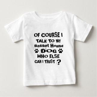 Camiseta Para Bebê Naturalmente eu falo a meu design do cão de Basset