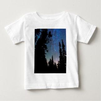 Camiseta Para Bebê Noite da floresta da montanha rochosa
