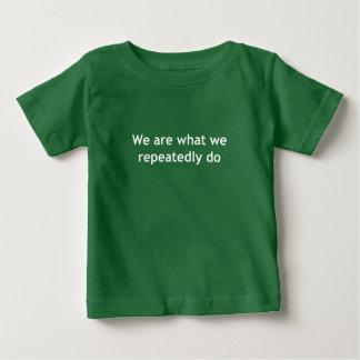 Camiseta Para Bebê Nós somos o que nós fazemos repetidamente