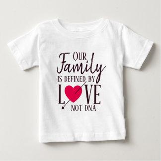 Camiseta Para Bebê Nossa família é definida pela adopção do ADN do