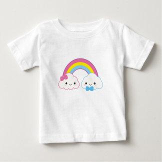 Camiseta Para Bebê Nuvens do casal de Kawaii com arco-íris