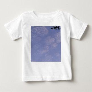 Camiseta Para Bebê Nuvens estranhas 1