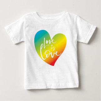 Camiseta Para Bebê O AMOR É rotulação branca do coração do arco-íris