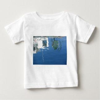 Camiseta Para Bebê O barco de pesca reflete na água