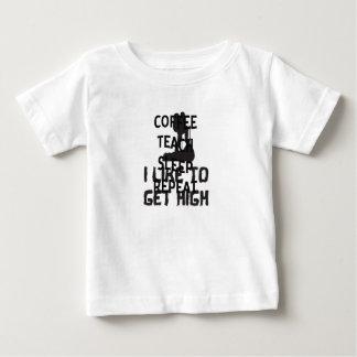 Camiseta Para Bebê O café ensina a repetição do sono o professor