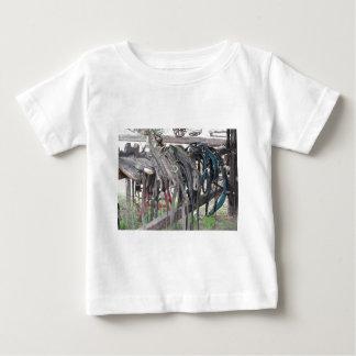 Camiseta Para Bebê O cavalo de couro gasto freia a suspensão na cerca