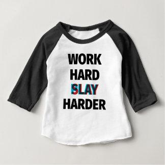 Camiseta Para Bebê O duro do trabalho massacra mais duramente