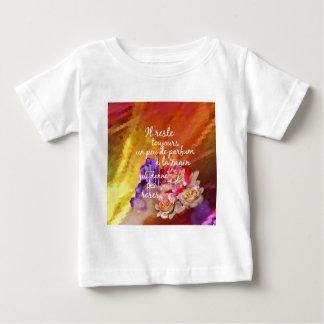 Camiseta Para Bebê O perfume dos rosas ainda permanece na mão