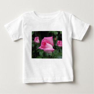 Camiseta Para Bebê O rosa do rosa floresce com gotas de água no