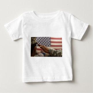 Camiseta Para Bebê O soldado sauda a bandeira dos Estados Unidos