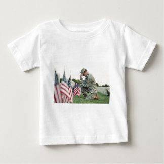 Camiseta Para Bebê O soldado visita sepulturas no Memorial Day
