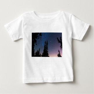 Camiseta Para Bebê Obtenção perdido em um céu nocturno