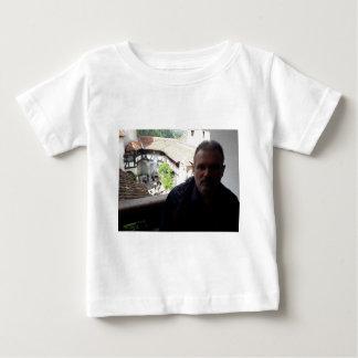 Camiseta Para Bebê Olhar interno no castelo do farelo. Dracula?