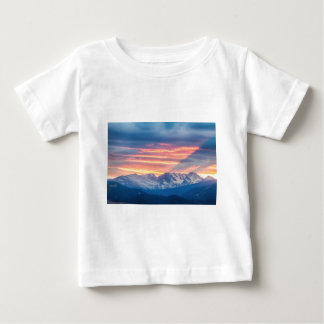Camiseta Para Bebê Ondas do por do sol da montanha rochosa de