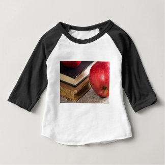 Camiseta Para Bebê Opinião do fim-acima das maçãs vermelhas e velho